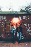 Portrait of two cool young male hipsters leaning against graffiti wall 11015327861  写真素材・ストックフォト・画像・イラスト素材 アマナイメージズ
