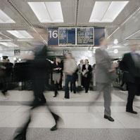 Commuters in a train station 11016006840| 写真素材・ストックフォト・画像・イラスト素材|アマナイメージズ
