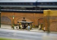 Model of commuters waiting at bus stop 11016009886| 写真素材・ストックフォト・画像・イラスト素材|アマナイメージズ
