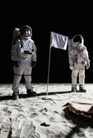 Two astronauts on the moon, a blank white flag in between t 11016020175| 写真素材・ストックフォト・画像・イラスト素材|アマナイメージズ