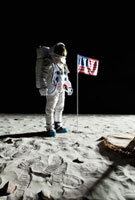 An astronaut on the moon standing next to an American flag 11016020195| 写真素材・ストックフォト・画像・イラスト素材|アマナイメージズ
