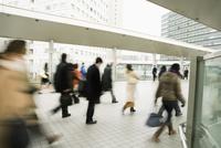 Commuters on the move 11016025406| 写真素材・ストックフォト・画像・イラスト素材|アマナイメージズ