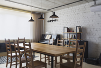 Wooden dining table and chairs at home 11016031538| 写真素材・ストックフォト・画像・イラスト素材|アマナイメージズ