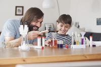 Father and son working on school science project at home 11016031669| 写真素材・ストックフォト・画像・イラスト素材|アマナイメージズ