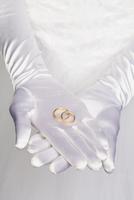 Midsection of bride holding wedding rings 11016031751| 写真素材・ストックフォト・画像・イラスト素材|アマナイメージズ