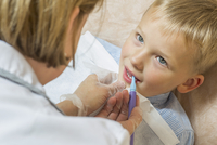 High angle view of speech therapist treating a boy 11016032194| 写真素材・ストックフォト・画像・イラスト素材|アマナイメージズ