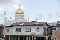 Stilt houses and Sultan Omar Ali Saifuddin Mosque against sky
