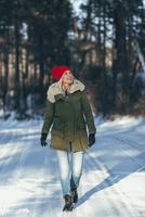 Full length of happy woman walking on snow covered field 11016033166| 写真素材・ストックフォト・画像・イラスト素材|アマナイメージズ