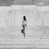 Full length rear view of woman walking upstairs, Budapest, Hungary 11016033235  写真素材・ストックフォト・画像・イラスト素材 アマナイメージズ