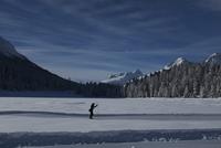 Person skiing on across snowy landscape, Pontresina, Switzerland 11016033237| 写真素材・ストックフォト・画像・イラスト素材|アマナイメージズ
