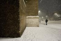 City building and pedestrian in snow storm at night 11016033255| 写真素材・ストックフォト・画像・イラスト素材|アマナイメージズ