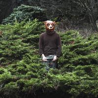 Man wearing bear mask while standing amidst plants 11016033257| 写真素材・ストックフォト・画像・イラスト素材|アマナイメージズ