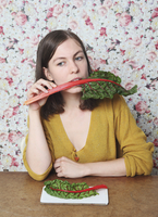 Woman eating chard while sitting at table 11016033265| 写真素材・ストックフォト・画像・イラスト素材|アマナイメージズ