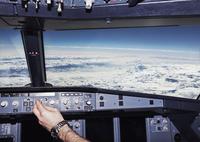 Cropped image of pilot in airplane cockpit 11016033266| 写真素材・ストックフォト・画像・イラスト素材|アマナイメージズ