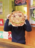 Man holding pizza with anthropomorphic face 11016033276| 写真素材・ストックフォト・画像・イラスト素材|アマナイメージズ