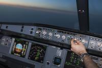 Cropped image of pilot in airplane cockpit 11016033289| 写真素材・ストックフォト・画像・イラスト素材|アマナイメージズ