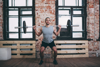 Determined man lifting barbell at gym 11016033315| 写真素材・ストックフォト・画像・イラスト素材|アマナイメージズ
