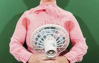 Midsection of businesswoman with sweaty armpits holding fan against green background 11016033412| 写真素材・ストックフォト・画像・イラスト素材|アマナイメージズ