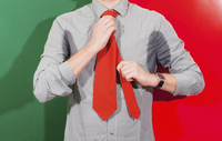 Midsection of businessman with sweaty armpits wearing necktie against colored background 11016033433| 写真素材・ストックフォト・画像・イラスト素材|アマナイメージズ