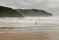 View of people on a beach and cliffs, Praia da Arrifana, Portugal beach 11016033463| 写真素材・ストックフォト・画像・イラスト素材|アマナイメージズ