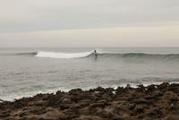 Person surfing at beach, Vila nova de Milfontes, Portugal 11016033472| 写真素材・ストックフォト・画像・イラスト素材|アマナイメージズ