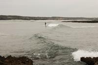 Person surfing at beach, Vila nova de Milfontes, Portugal 11016033477| 写真素材・ストックフォト・画像・イラスト素材|アマナイメージズ