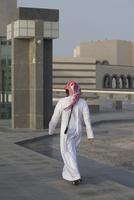 Rear view of Arab man walking on floor against buildings 11016033706  写真素材・ストックフォト・画像・イラスト素材 アマナイメージズ