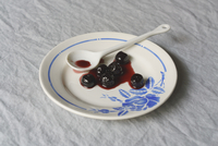 High angle view of blueberry syrup in dish with spoon on table 11016034088| 写真素材・ストックフォト・画像・イラスト素材|アマナイメージズ