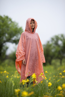 Woman wearing raincoat standing amidst yellow flowering plants in rainy season 11016034473| 写真素材・ストックフォト・画像・イラスト素材|アマナイメージズ