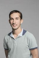 Portrait of confident man against gray background 11016035131| 写真素材・ストックフォト・画像・イラスト素材|アマナイメージズ