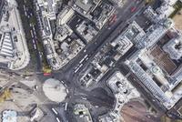 Directly above view of traffic circle amongst buildings, London, England, UK 11016035580  写真素材・ストックフォト・画像・イラスト素材 アマナイメージズ