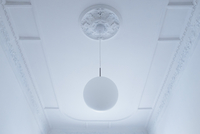 Low angle view of pendant light hanging from white ceiling at home 11016035645| 写真素材・ストックフォト・画像・イラスト素材|アマナイメージズ