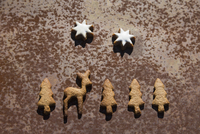 Directly above shot of gingerbread cookies on rusty metal 11016035709| 写真素材・ストックフォト・画像・イラスト素材|アマナイメージズ