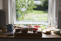 Food on table by window 11016035782| 写真素材・ストックフォト・画像・イラスト素材|アマナイメージズ