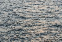 Full frame shot of rippled sea during sunset 11016035903  写真素材・ストックフォト・画像・イラスト素材 アマナイメージズ