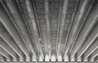 Low angle view of bridge 11016035905  写真素材・ストックフォト・画像・イラスト素材 アマナイメージズ