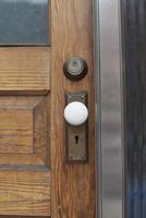 Close-up of closed wooden door 11016035927  写真素材・ストックフォト・画像・イラスト素材 アマナイメージズ