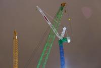 Low angle view of construction cranes against sky 11016036069| 写真素材・ストックフォト・画像・イラスト素材|アマナイメージズ