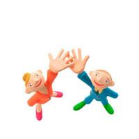 片手を上げる男の子と女の子 クラフト