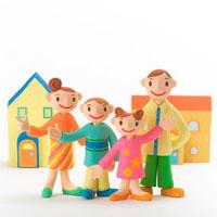 仲のよい家族と家 クラフト 11017000034| 写真素材・ストックフォト・画像・イラスト素材|アマナイメージズ