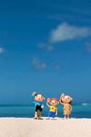 ポーズをとる3人の家族と海 クラフト