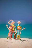 ポーズをとる4人の家族と海 クラフト
