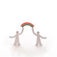 虹をもつ2人の人 クラフト 11017000169| 写真素材・ストックフォト・画像・イラスト素材|アマナイメージズ