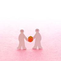 プレゼントを持つ2人の人 クラフト