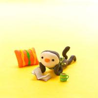 寝転がって絵本を読む子供のペンギン クラフト 11017000277| 写真素材・ストックフォト・画像・イラスト素材|アマナイメージズ