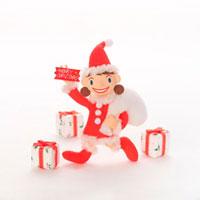 サンタの服を着た女の子とプレゼント クラフト 11017001275| 写真素材・ストックフォト・画像・イラスト素材|アマナイメージズ