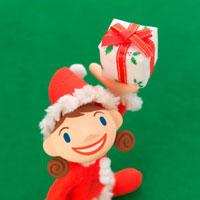 プレゼントを持ったサンタの服を着た女の子 クラフト 11017001276| 写真素材・ストックフォト・画像・イラスト素材|アマナイメージズ