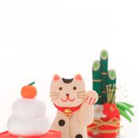招き猫と正月のオブジェ クラフト 11017001387| 写真素材・ストックフォト・画像・イラスト素材|アマナイメージズ