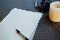 手紙とペン 11017001684| 写真素材・ストックフォト・画像・イラスト素材|アマナイメージズ
