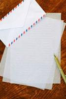 手紙とペン 11017001685| 写真素材・ストックフォト・画像・イラスト素材|アマナイメージズ